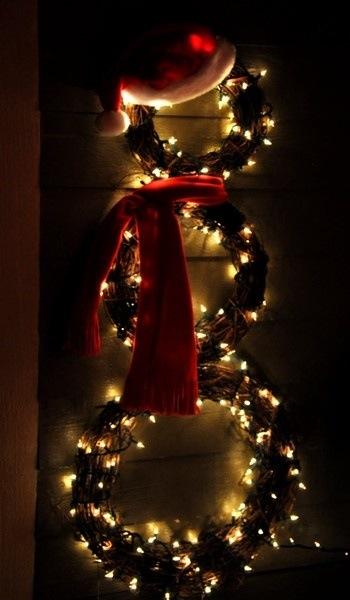 Snømann på døren til jul med lys