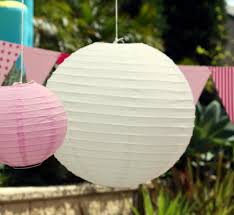 hvite og rosa papirlanterner