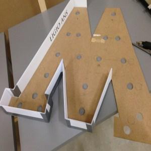 bokstav med lys papp rundt kantene monteres