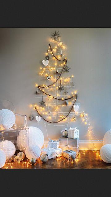 juletre med kritt på veggen samt lys