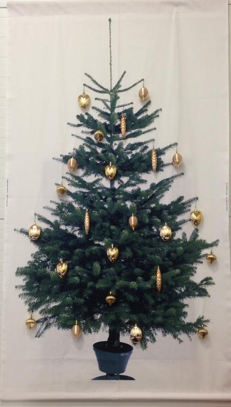juletre IKEA vegg på kontoret woweffekt pyntet julekuler