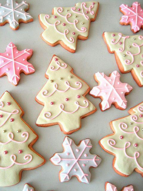 pepperkaker med glasur juletrær snøflak