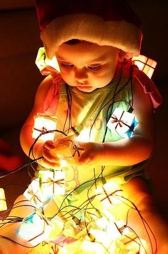gutt med julegave lyslenke