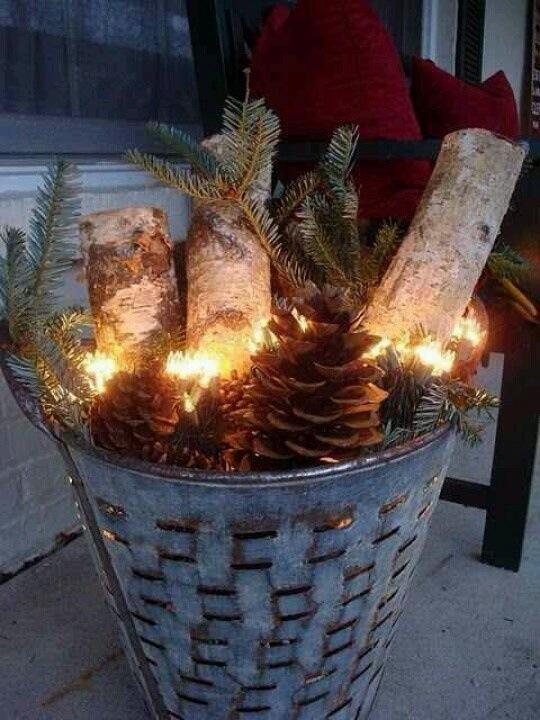 utendørs juledekorasjon med ved kongler granbar i sinkbøtte