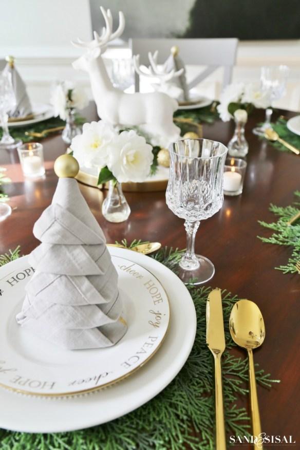 Bretting serviett juletre stående på tallerkenen