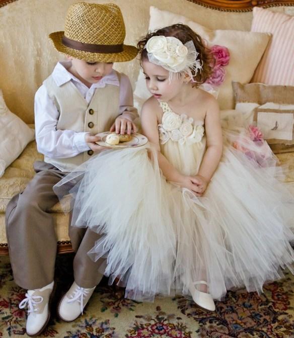 brudepike og svenn hvit kjole