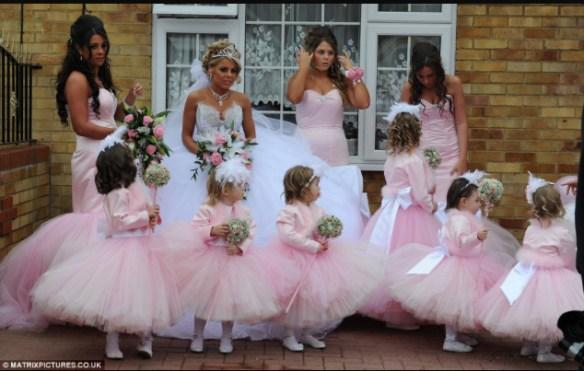 brudepiker i rosa kjoler med brud