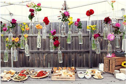 gamle flasker som dekor i bryllup
