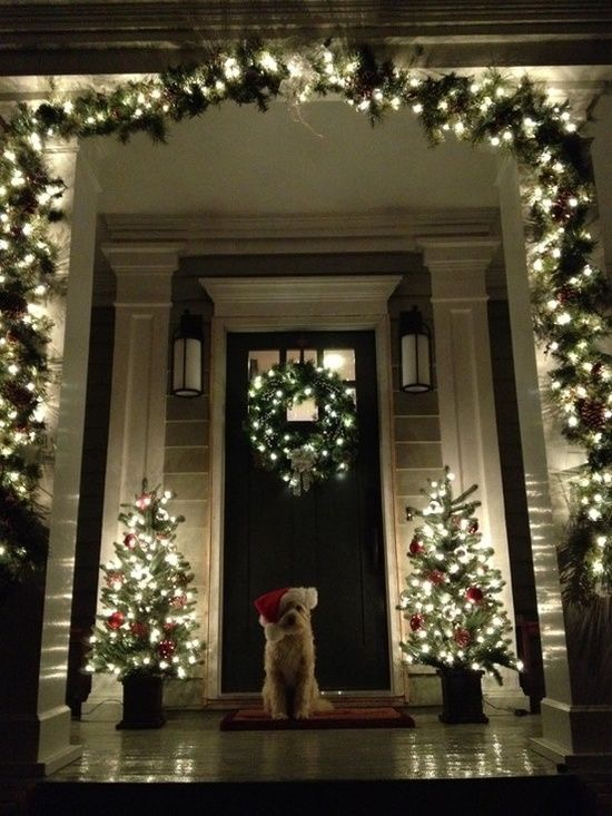 julepyntet-inngangsparti-med-lys