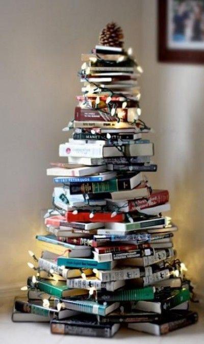 juletre-av-boker-med-lyslenke