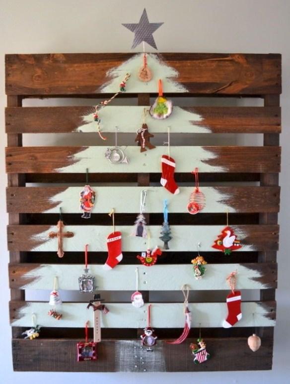 juletre-av-planker-malt-med-pynt