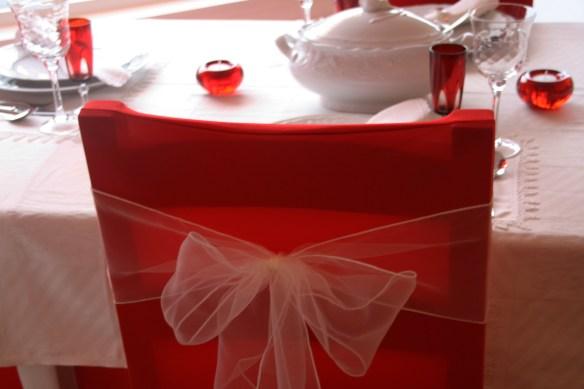 Rødt stoltrekk med creme organza sløyfe
