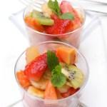 Augļu salāti ar kanēļa un citrona aromātu