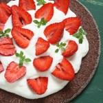 Šokolādes kūka ar lazdu riekstiem un zemenēm (bez miltiem)