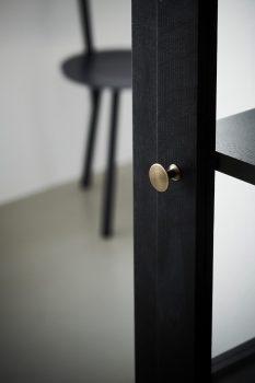 Nærbillede af Lindebjerg Design Dark Oak N1 vitrineskab med interiør