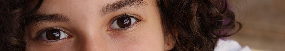 Mädchen schaut Betrachter freundlich an, Augen
