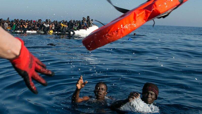 Flüchtlinge im Mittelmeer bekommen einen Rettungsring zugeworfen