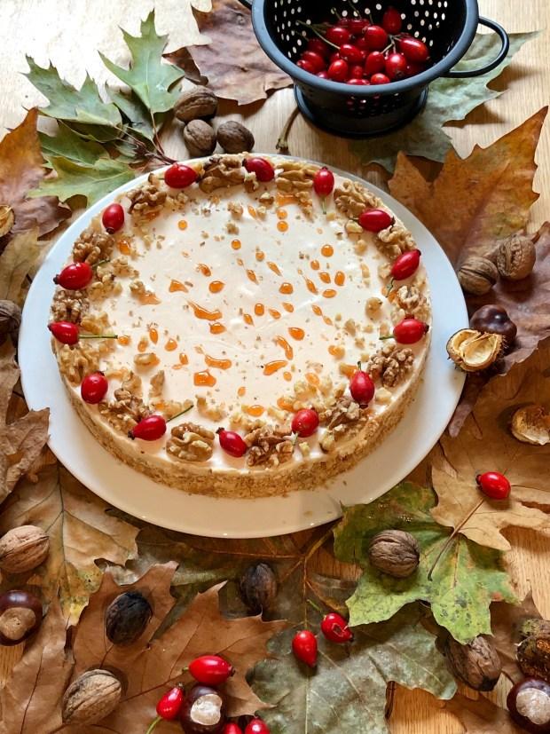 Hagebutten-Torte  auf  Herbstlaub mit Kastanien