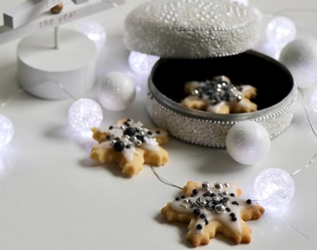 Butterplätzchen  mit   Weihnachts-Dekoration und Perlenschatulle