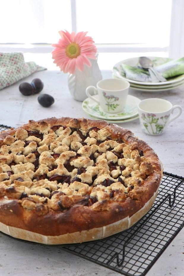 Zwetschgen-Kuchen Deluxe auf Abkühlgitter und  Kaffee-Geschirr Althea Nova von Villeroy & Boch