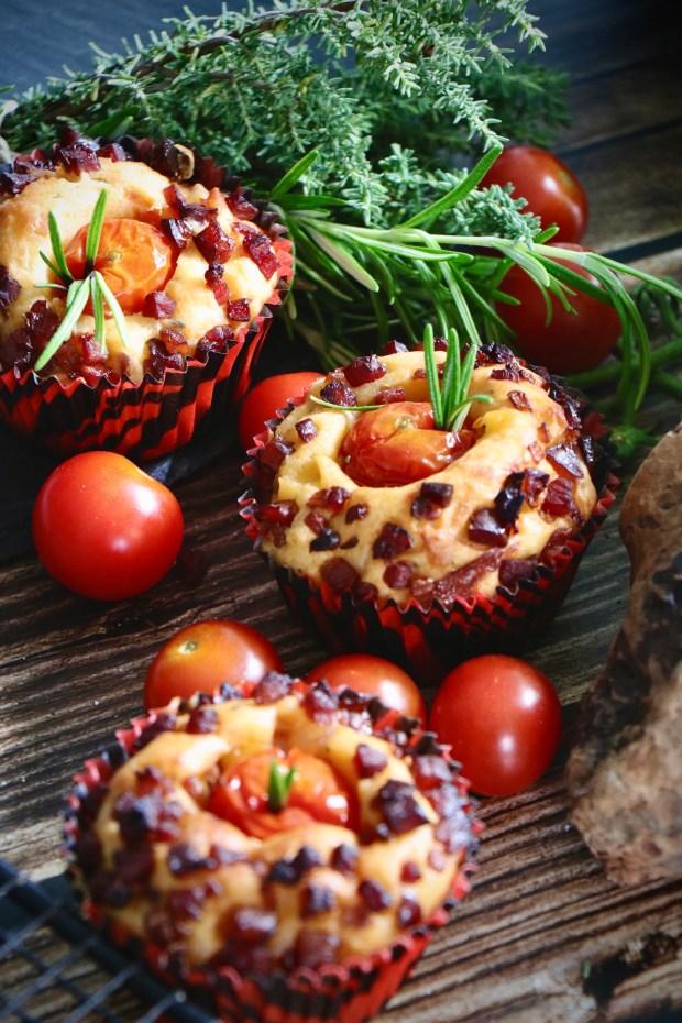 Tomaten-Muffins mit  Honig-Tomaten auf  Holz-Untergrund
