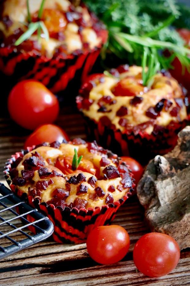 Zwei Tomaten -Muffins auf Holzbrett mit Abkühlgitter