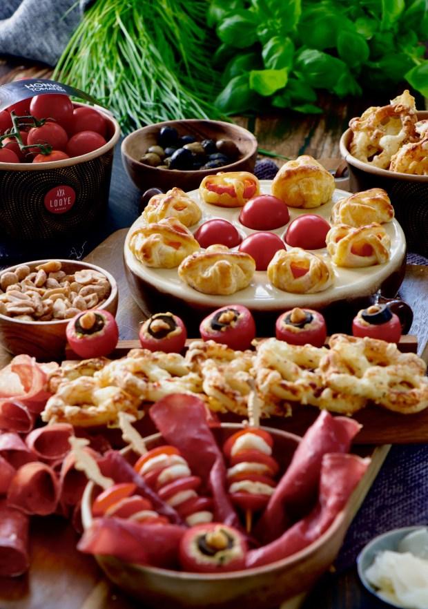 Snackboard mit gefüllten Tomaten