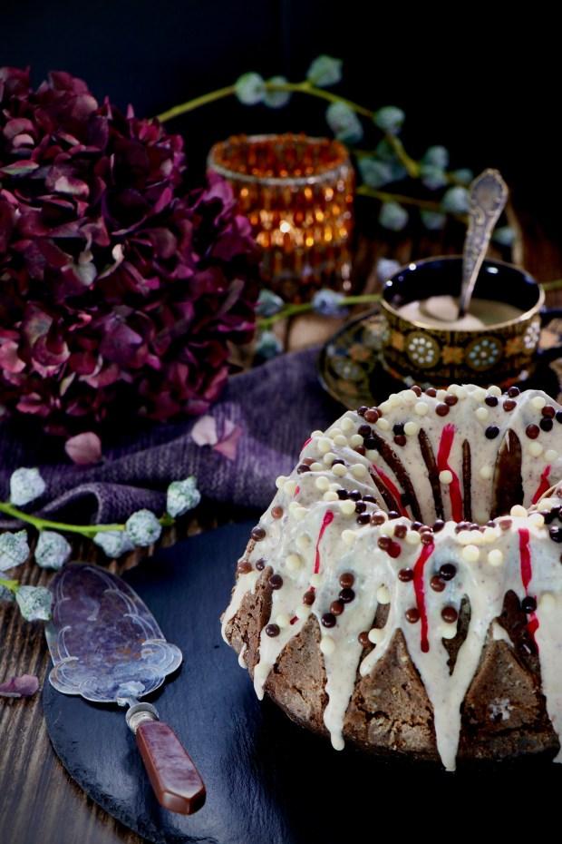 Mit weißer Schokolade dekorierter Rote-Bete-Gugelhupf dekoriert mit Hortensien und  Gibson&Sons  Greek Border Geschirr