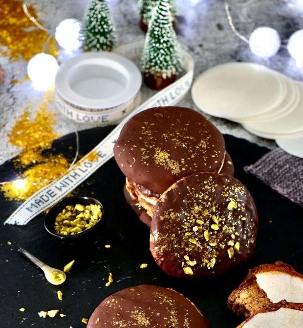 Schokoladen-Lebkuchen auf Schieferplatte mit Tannenbäumchen im Hintergrund