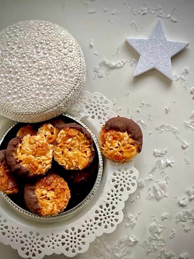 Florentiner in Keksdose alles weihnachtlich weiß dekoriert