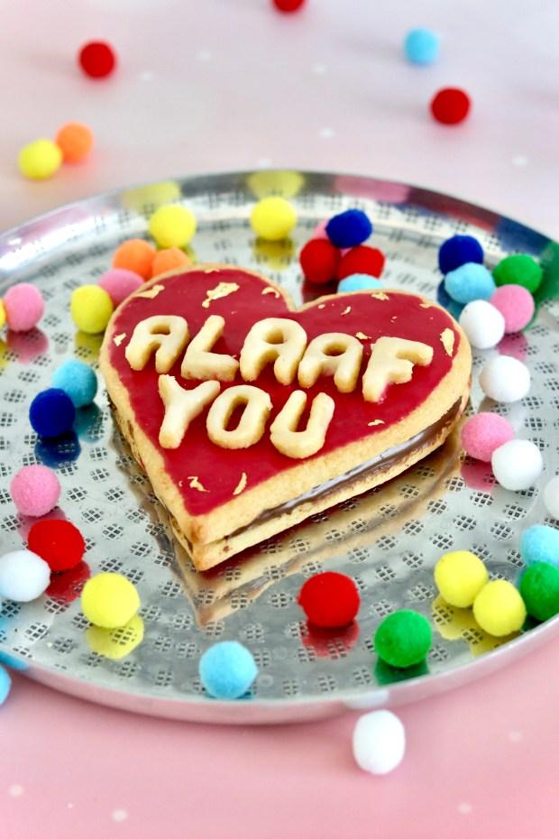 Nutella-Herz mit  rotem Zuckerguss und Alaaf you Text aus Keksbuchstaben