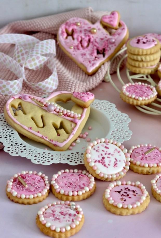 Pink und  rosa glasierte Rosen-Plätzchen mit Perlen verziert