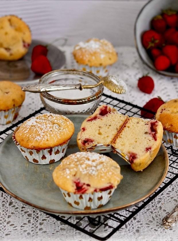 Erdbeer-Quark-Muffins  auf grauem Teller auf Spitzendecke