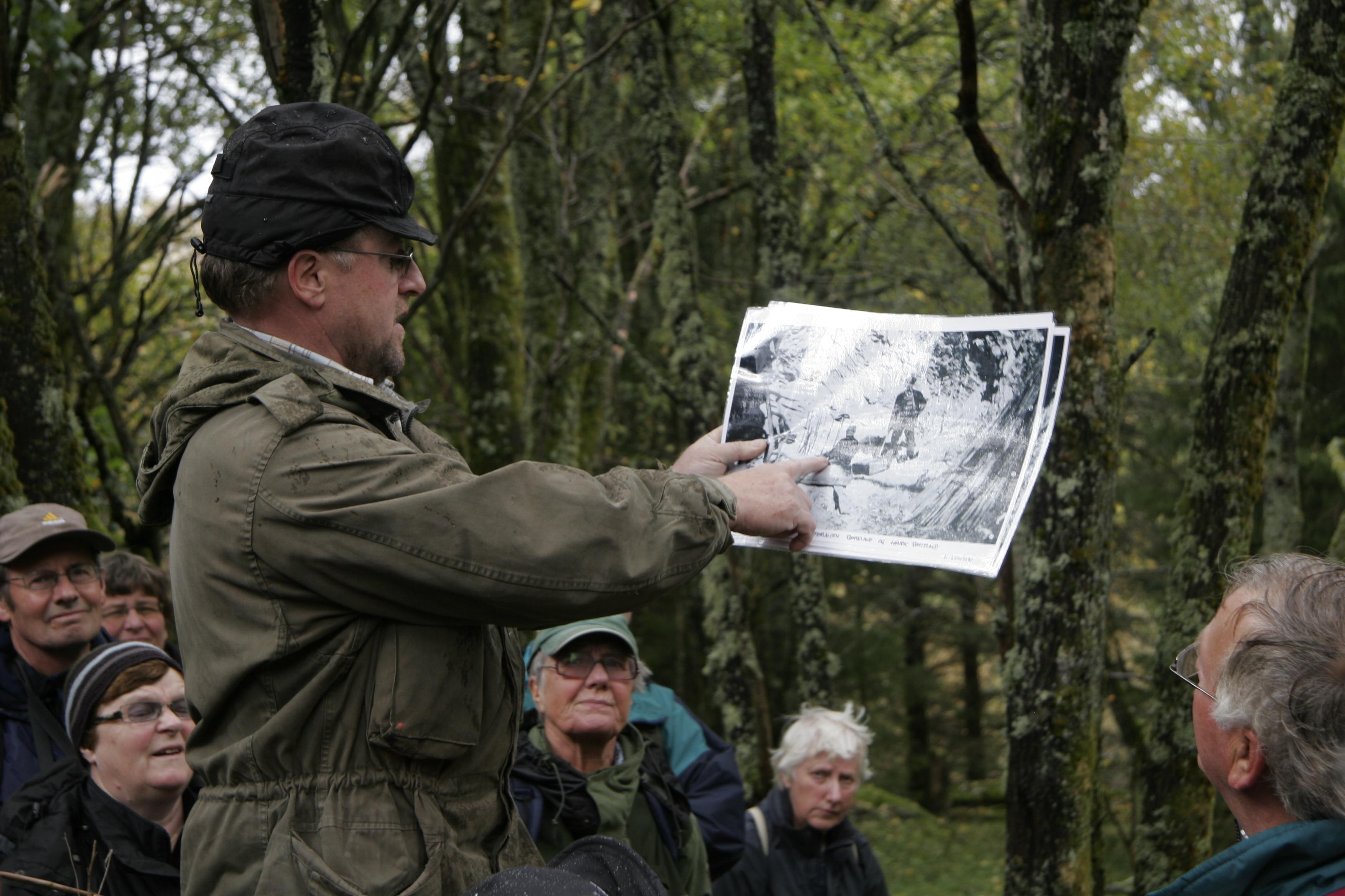Jon Harald Rømteland viser foto av faren og bestefaren da de drev gruvedrift her.