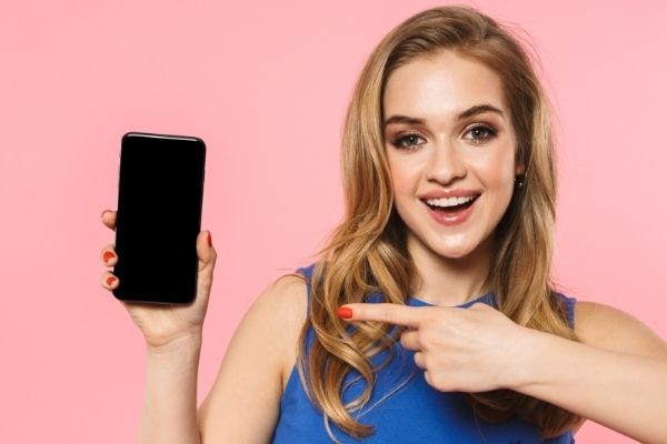 iPhoneを指差す女性