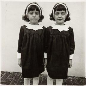 """""""Gemelas idénticas"""", de Diane Arbus (1967)."""