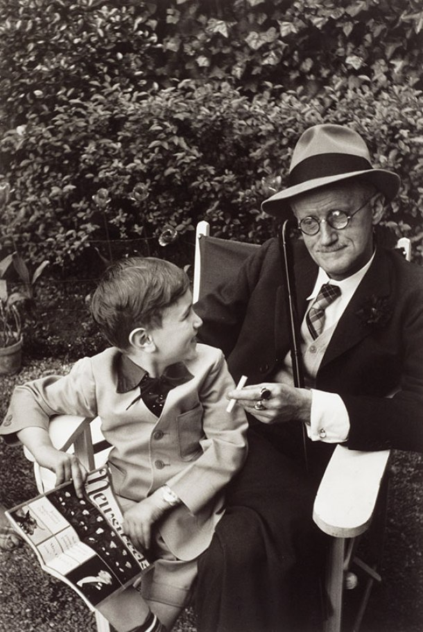 James Joyce con su nieto, 1938.