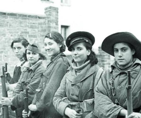 Milicianas en el frente de Madrid. (Archivo de la Agencia Efe).