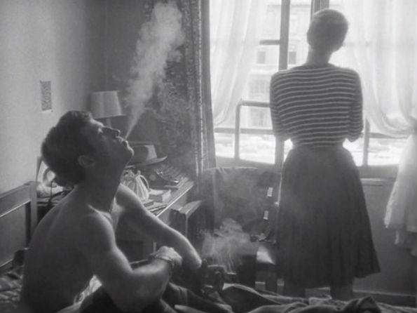 Una mujer que dice que todo va bien y es incapaz de encender un cigarrillo tiene miedo de algo.