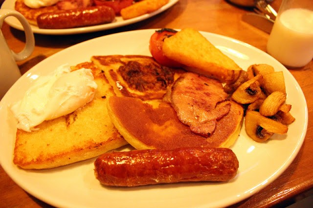 Full fry up at Maggie Mays