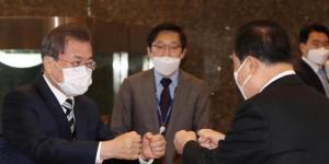 En février 2020 à Séoul, le Président de la Corée du Sud salue un collaborateur.