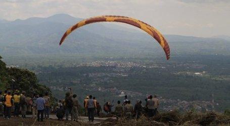 Dua bupati uji coba terbang paralayang di Bener Meriah