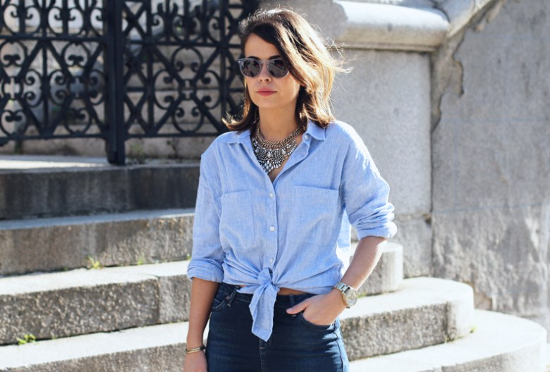 Knotted_Shirt-Jeans-Trench-Outfit-Coach-Street_Style-25
