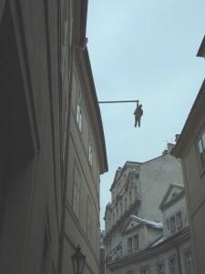 吊るされる男