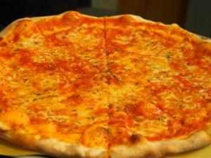 礼拝堂の近くのピザ屋で昼ごはん。イタリアはどんな街でもゴハンが美味しいのがありがたい。