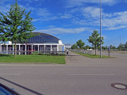 Messehalle mit Zeppelin-Gate im Hintergrund.