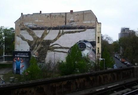 S5 Berlin, in der Nähe Haltestelle Tiergarten: Der Weltbaum von Ben Wagin, 1975 entstanden und eines der ersten Fassadengemälde von Berlin.