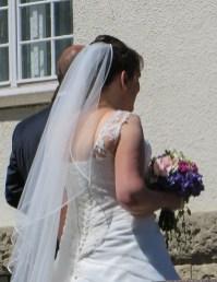 Brautpaar Katja und Matze vor der St. Laurentiuskirche