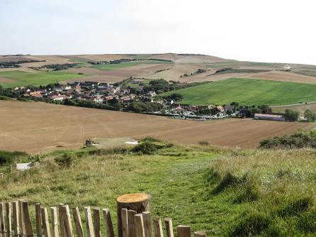 Escalles liegt malerisch in die Hügel eingebettet auf der anderen Seite des Cap.