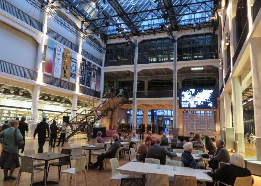 ZKM-Foyer mit Café